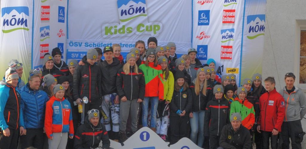 Die Athleten des Tiroler Skiverbands mit SCS-Talent Joshua Sturm und SCS-Vizeobmann-Bernhard Gundolf Bild (c) Tiroler Skiverband